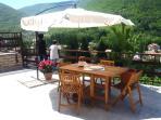l'ampio terrazzo soleggiato e panoramico, ideale per momenti di relax