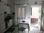Cucina a gas fornita di tutti gli accessori con tavolo estensibile da 4 posti a sei posti.