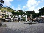 Piazza Santa Restituta, in fondo la Torre del Comune e la Chiesa con il museo archeologico