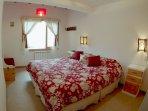 Dormitorio con cama King size y TV