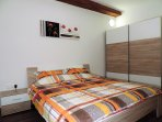 Bedroom with king size bed (180 x 200 cm)