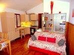 Cucina e soggiorno con divano letto matrimoniale