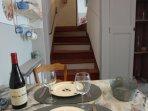 le coin repas et les marches amenant au salon/jardin et salle de bain (au 1er 1/2 niveau)
