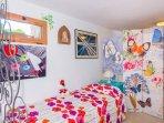 particular cama simple con biombo que separa la cama matrimonial
