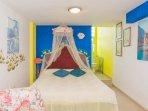 detale cama matrimonial con aseo, ducha bidet y ventana - vidrioceramica