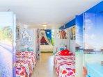 vistaa cama matrimonial y dos camas individuales con biombos colorado, desde la puerta de entrara