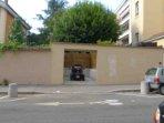 Le garage de 2,5m x 2,5m et profond de 5,5m donne sur la rue Jacquard; Porte automatique avec BIP