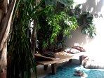 un lit africain en bois pour un  moment de detente dans le patio du riad