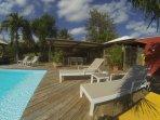 piscine transats et patio