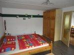 Doppelbett und 3-Türen Schrank
