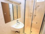 Croyde Holiday Cottages Seascape Shower Room