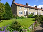 1 BRIDGE END, pet friendly, character holiday cottage, with a garden in Grassington, Ref 1902
