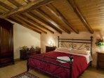 La Ciliegia   Ampia camera matrimoniale per veri momenti di relax e arredata con mobili in legno