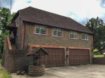 MISWELLS COTTAGES - LAKE VIEW, maisonette, raised decking in woodland setting, WiFi, in Turners Hill, Ref 933423
