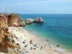 A praia deve o seu nome às rochas que se encontram entre o areal e o mar.