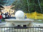 Piazza d'armi Carrara Brunnen mit Marmorkugel die sich auf den Wasserstrahl dreht !