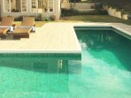 Flat in luxurious villa with swimming-pool. Flat dans superbe villa avec piscine.