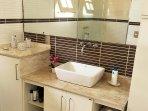 Bathroom / Salle de bains.