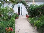 ingresso giardino cucina salotto sala pranzo camera blu e bagno in comune con camera verde