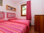 Dormitorio con 2 camas independientes 90 cm. Sinfonier. Exterior.
