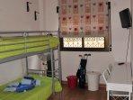 Dormitorio con literas y armario empotrado