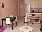 Salon con cocina integrada y salida a jardín