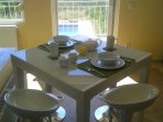 Breakfast table (extendable to seat 6 people).