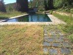 Depósito de agua en el pueblo, habitualmente utilizado como piscina natural sin vigilancia
