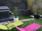 Le spa en accès libre et une grande terrasse-solarium; les peignoirs et les mules sont fournis...