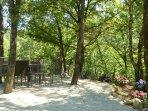 sous la voûte des chênes, voici un coin idéalement frais pour déjeuner lorsqu'il fait 30°C