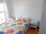 dormitorio cama de 135 con pequeña terraza