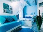divano letto fronte televisione solaio in legno antico