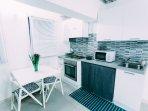 cucina con forno, microonde, tavolo allungabile x 4 persone