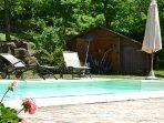 piscina con casina in legno adiacente per ripostiglio sdraie e giochi d'acqua