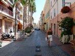 La rue Marçon, juste derrière le port, est Piétonne. Les restaurants offrent de jolies terrasses