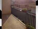 veranda con dondolo,tavolo e sedie