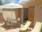 Terrasse avec salon de jardin et barbecue individuel