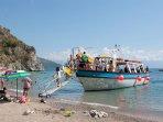 navetta che porta, dal porto di scario, i turisti nelle spiagge raggiungibili via mare.Giornaliermen