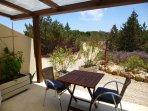 Terraza cubiertas y mesa para dos