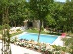vue depuis la terrasse, la piscine est entourée de gazon pour ne pas se brûler les pieds