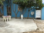 area ombra retro casa con doccia esterna