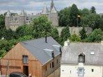 une vue magnifique sur la ville de Josselin( photo prise de la chambre) et agrementé par un jardin