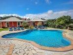 l'immense piscine de la villa la calypso