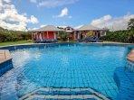 L'immense piscine de la villa calypso