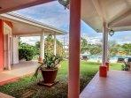 vue extérieure sur la piscine depuis la villa