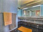 Villa 1 : salle de bain avec douche et WC