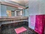 Villa 2 : salle de bain avec douche et WC