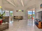 Villa 2 : salon intérieur avec espace TV