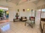 Villa 2 : Salon intérieur avec TV