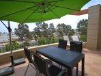 Gran terraza con vistas abiertas, muebles de exterior